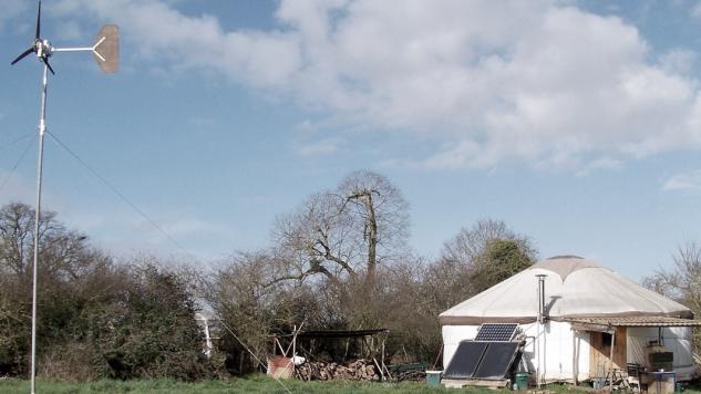 yourte avec éolienne et panneau solaire