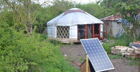 yourt et panneaux photovoltaïque